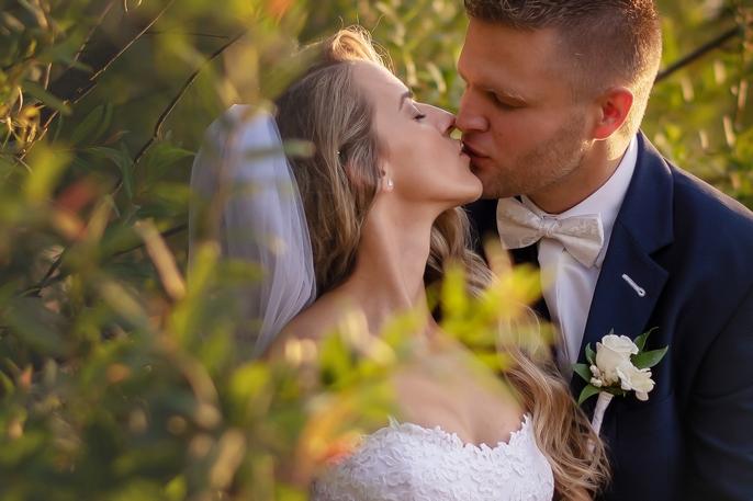 Svetlo hraje krásne do karát k jedinečným svadobným fotkám