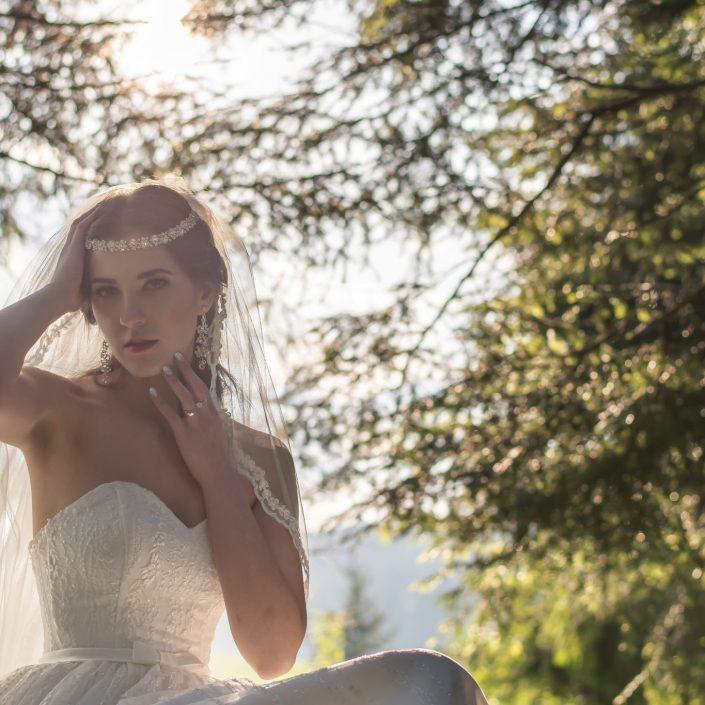 Nevesta pri pózovaní, ktorej krásu svadobný fotograf len podčiarkol