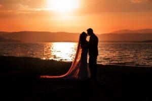 Svadobný fotograf zachytil krásny moment zapadajúceho slnka